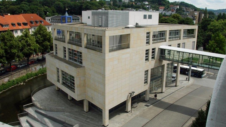 Das Bild zeigt das Rathaus an der Volme und die Holzmüllerstraße.