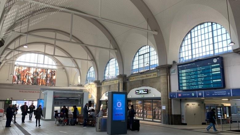 Das Bild zeigt die sanierte Halle des Hagener Hauptbahnhofs