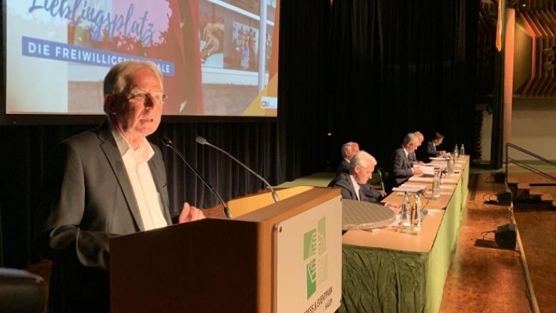 Das Bild zeigt Dr. Stephan Ramrath bei seiner Rede in der Stadthalle Hagen.