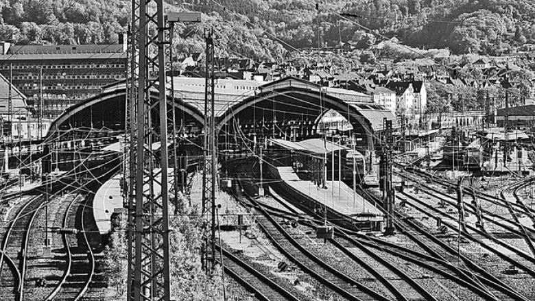 Das Bild zeigt den Hagener Hauptbahnhof, fotografiert von der Altenhagener Brücke.