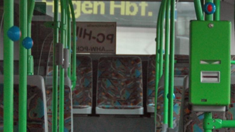Das Bild zeigt den Innenraum eines Gelenkbusses.