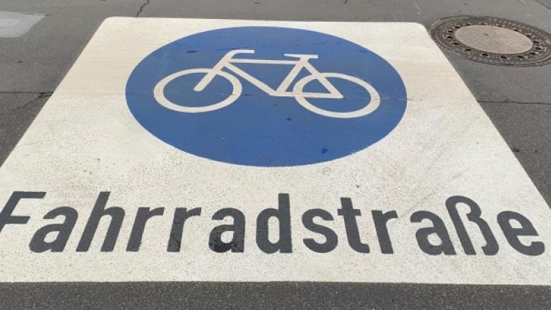 """Das Bild zeigt das Verkehrszeichen """"Fahrradstraße"""" aus Kaltplastik."""