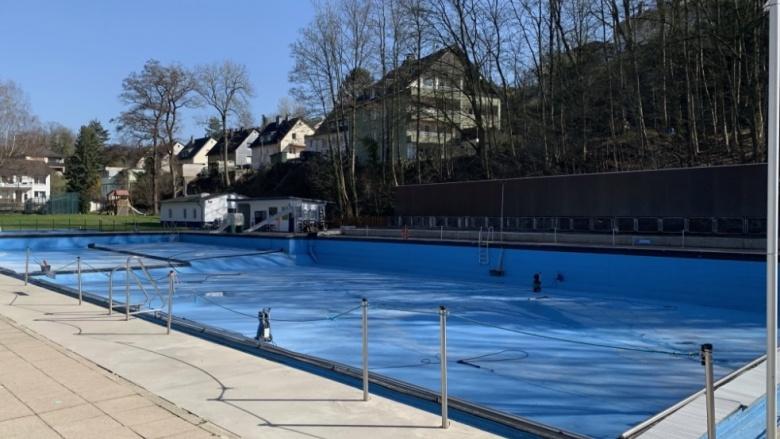 Das Bild zeigt das Becken des Freibades Henkhausen im März 2021