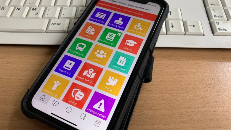 Das Bild zeigt ein Smartphone mit der HagenApp.