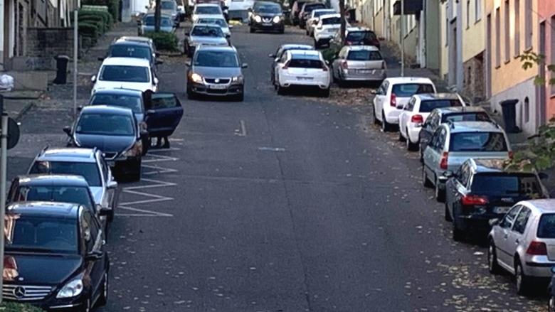 Das Bild zeigt Parkende Autos.