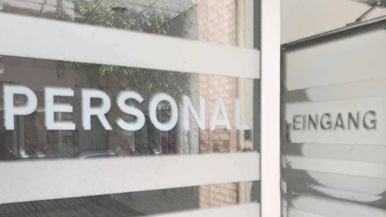 Das Bild zeigt die Türbeschriftung des Personaleingangs.