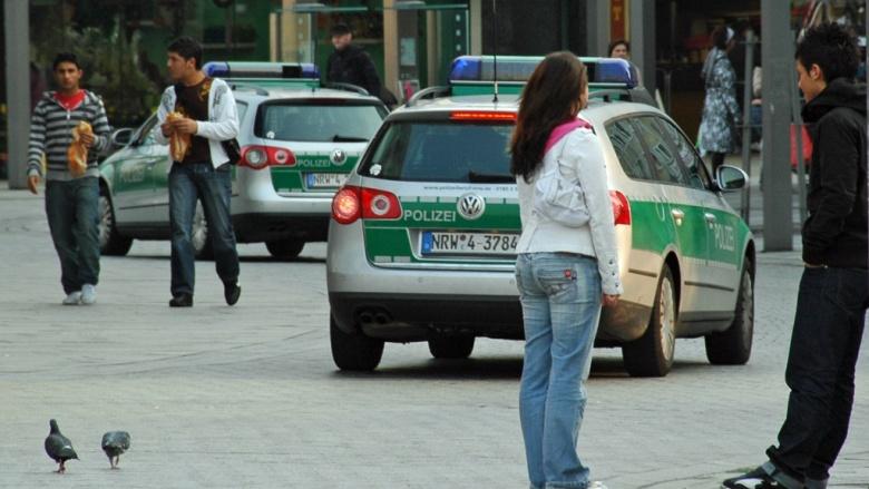 Das Bild zeigt verschiedene Polizei-Fahrzeuge in der Hagener Innenstadt.