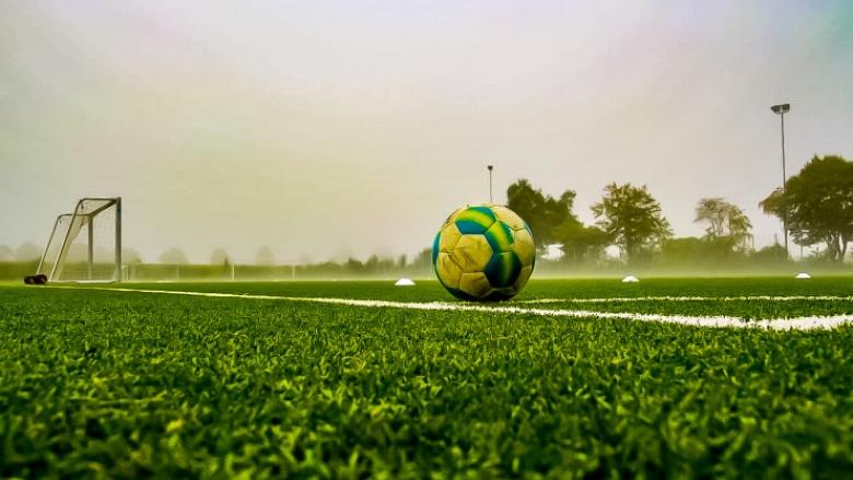 Das Symbolfoto zeigt einen Fußball auf einem Sportplatz.