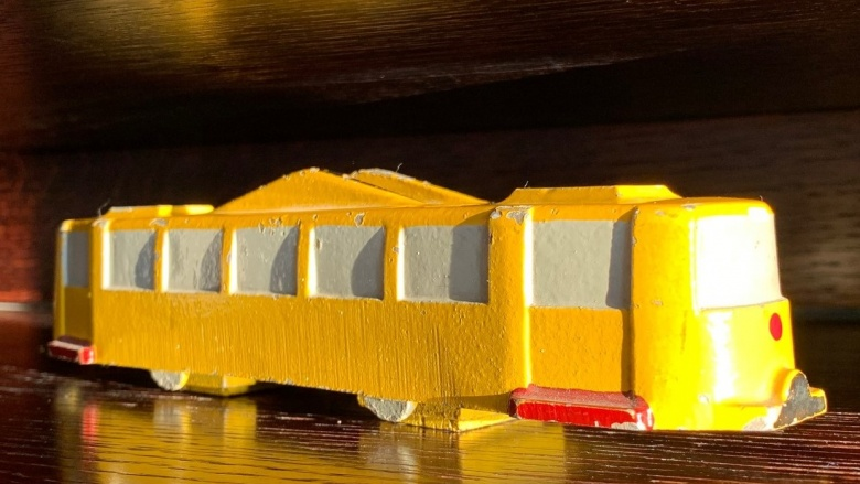Das Bild zeigt ein gelbes Straßenbahn-Modell.