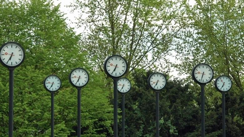 Das Bild zeigt eine Ansammlung von Uhren im Volksgarten Düsseldorf.