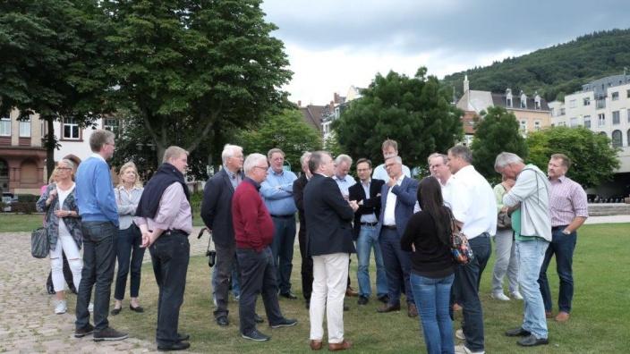 Das Bild zeigt die Hagener Ratsfraktion auf der Neckarwiese in Heidelberg, geführt von Dr. Jan Gradel.