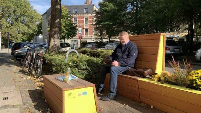 Das Bild zeigt Fraktionschef Jörg Klepper beim Probesitzen in Dortmund.