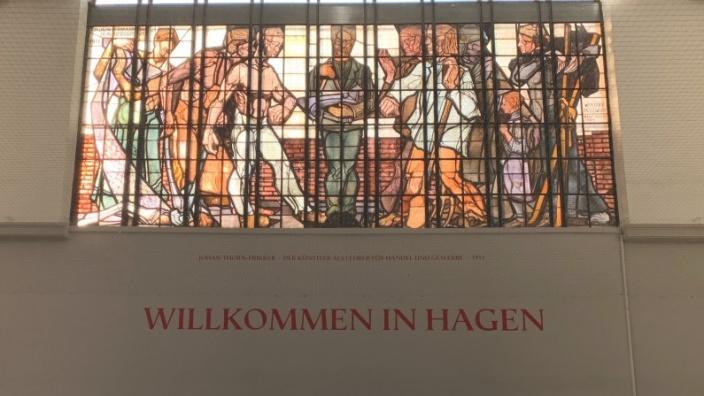 Das Bild zeigt das Thorn-Prikker-Fenster des Hagener Hauptbahnhofes.