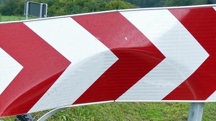 Das Bild zeigt ein verbeultes Verkehrsschild.