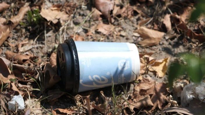 Umweltverschmutzung nach kurzem Genuss: Coffe-to-go-Becher.