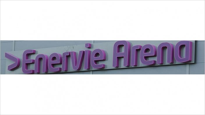 Das Bild zeigt den Sponsoren-Schriftzug an der Enervie Arena.