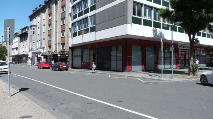 """Das Bild zeigt die Reisebushaltestelle in der Straße """"Am Hauptbahnhof"""""""