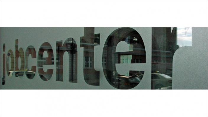 Das Bild zeigt die Scheibe des Hagener Jobcenters.
