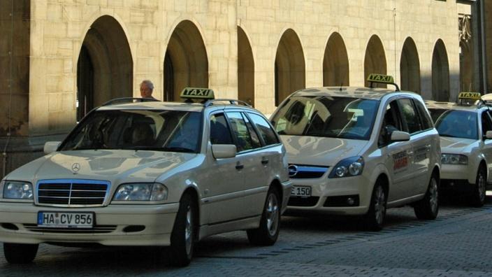 Das Bild zeigt Taxis in der Rathausstraße.