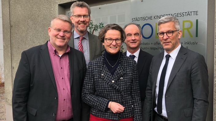 Das Bild zeigt Jörg Klepper (stellv. CDU-Fraktionsvorsitzender), Stadtkämmerer Christoph Gerbersmann, Ministerin Ina Scharrenbach, Detlef Reinke (Vorsitzender des Jugendhilfeausschusses) und den überparteilichen Oberbürgermeister Erik O. Schulz.